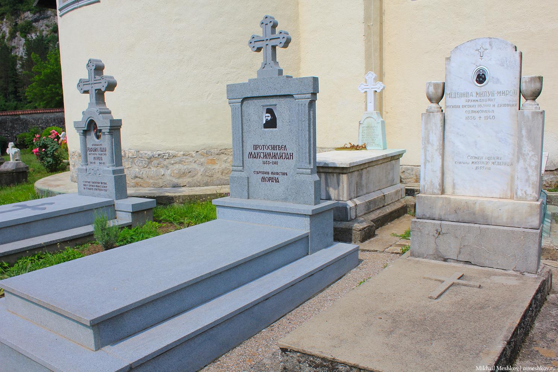 Могилы в монастыре Морача