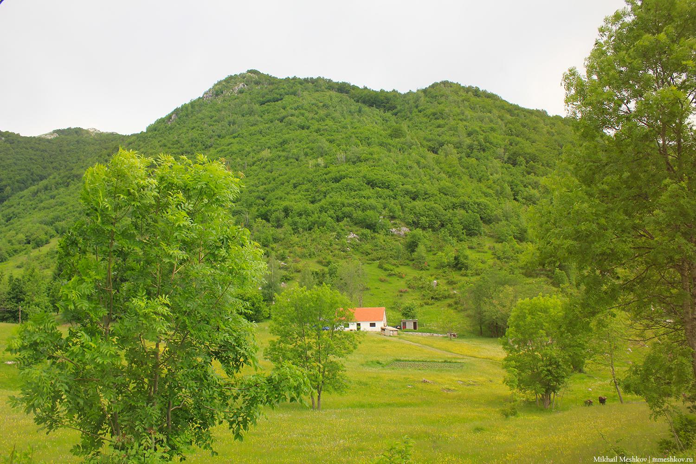 Горы с домиком в Черногории