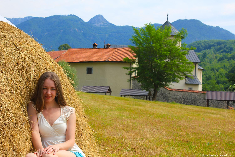 Натали Мешкова-Харитонова на фоне монастыря в Черногории