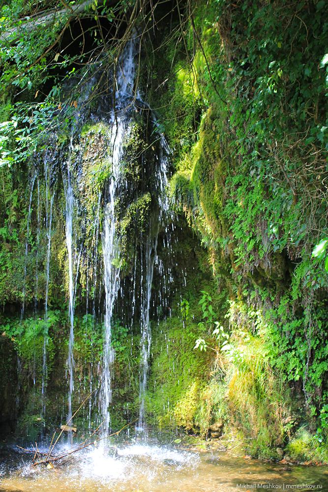 Водопад рядом с монастырем в Черногории