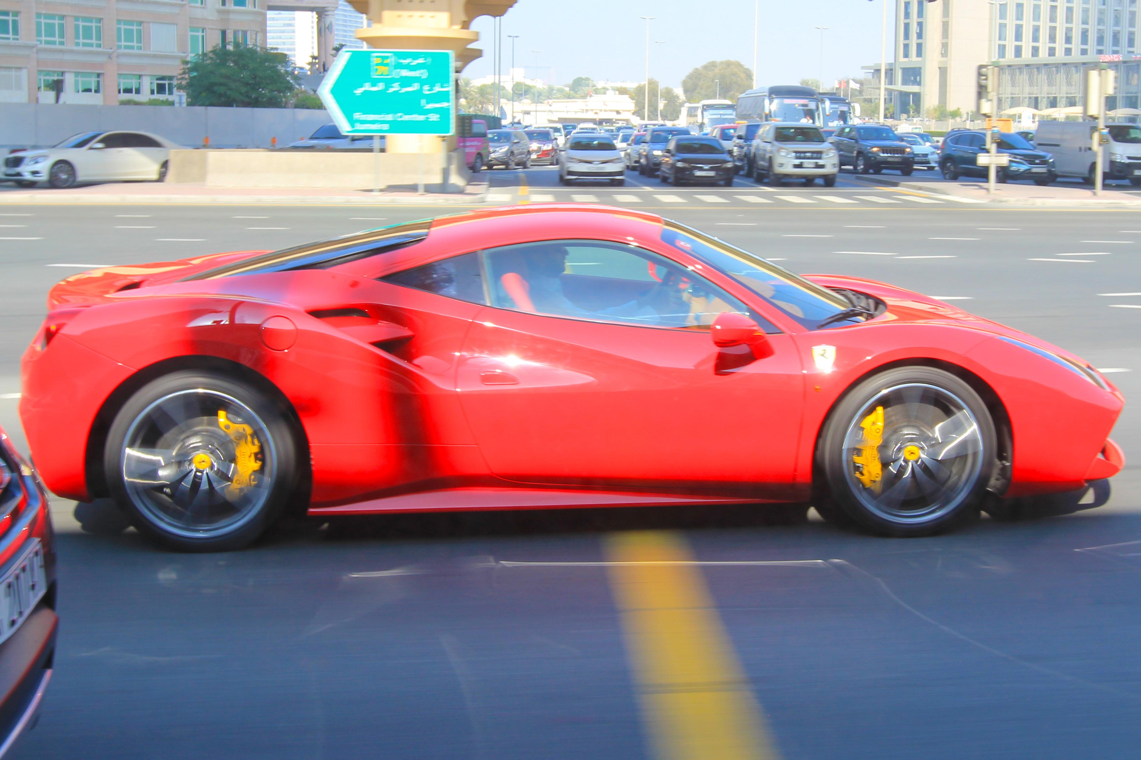Ферарри на улицах Дубаи